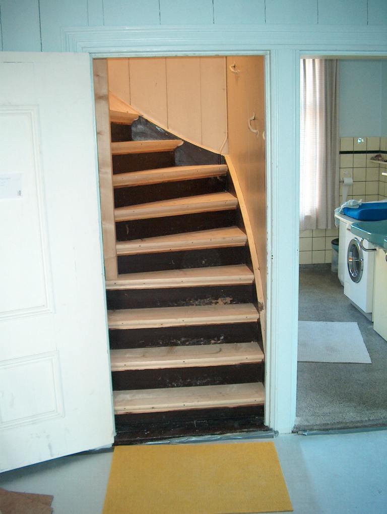 Koningsstijl maken van een vuren houten trap met traphek lagedijk in zaandijk - Aanpassen van een houten trap ...