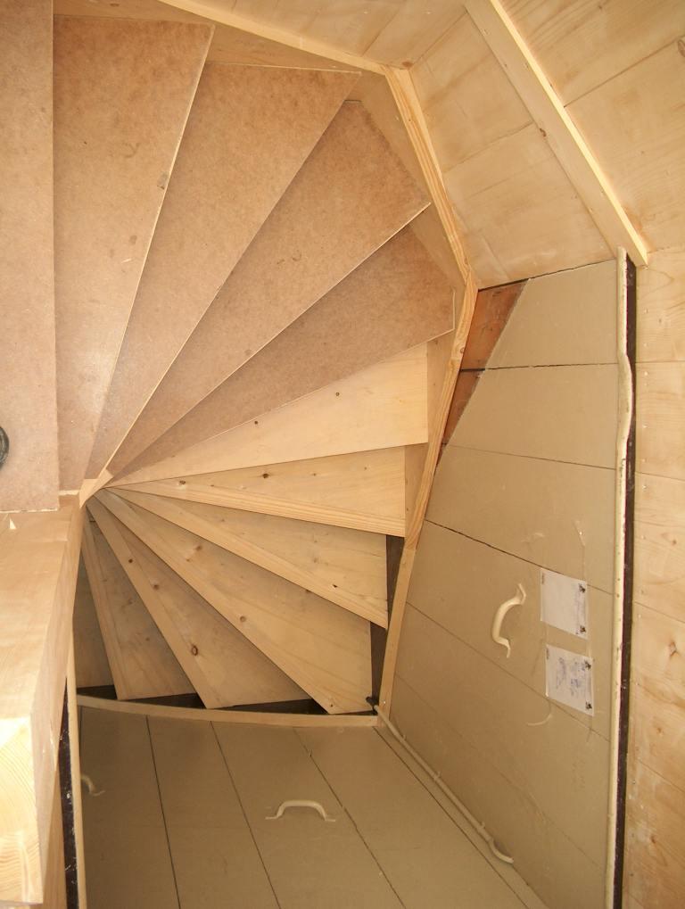 Koningsstijl maken van een vuren houten trap met traphek lagedijk in zaandijk - Versier een trap ...