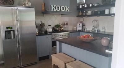 Plaatsen van nieuwe keuken en schouw boven het gasfornuis, Boukezoom, Koog aan de Zaan