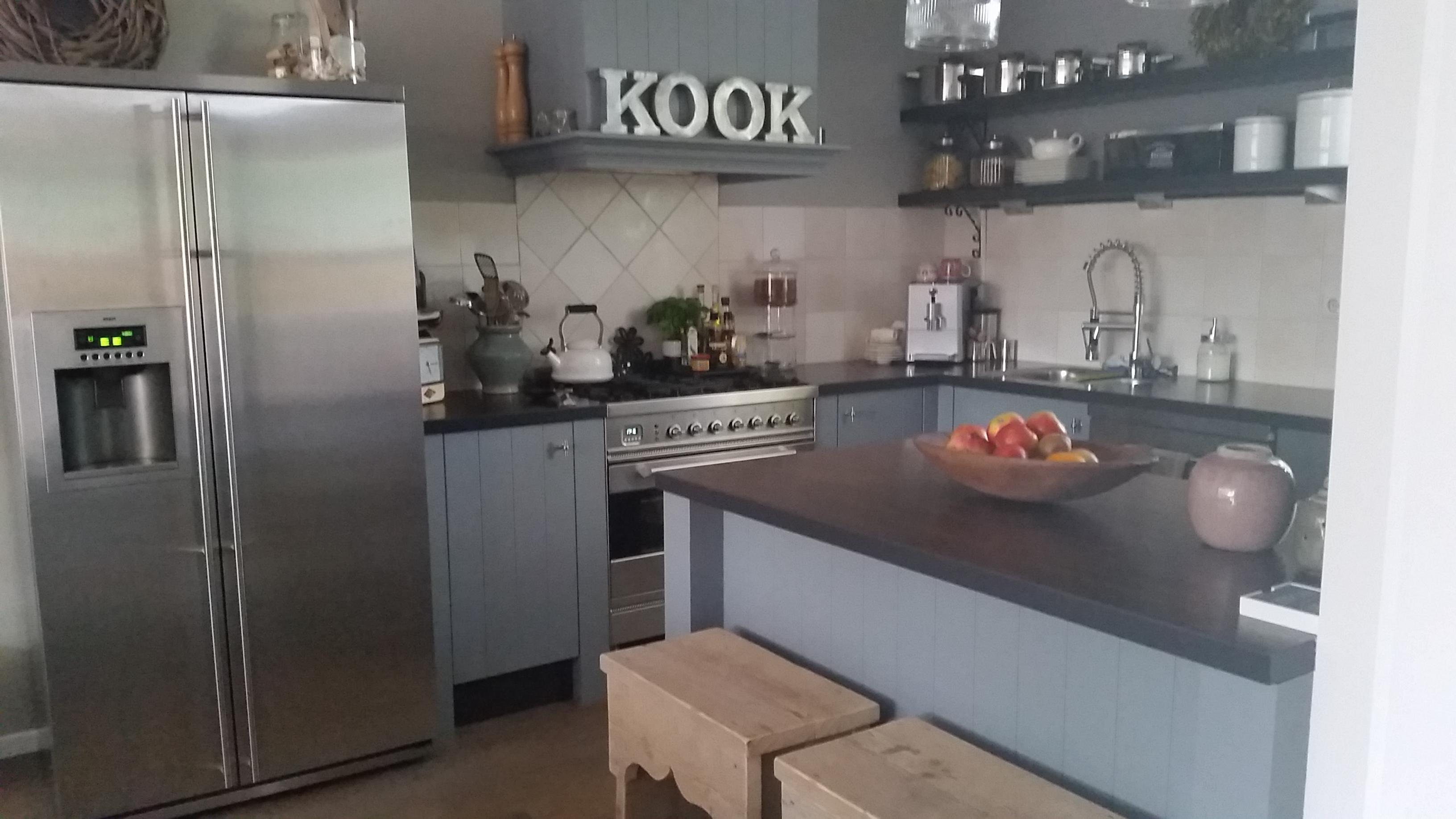 Koningsstijl    Plaatsen van nieuwe keuken en schouw boven het gasfornuis, Boukezoom, Koog aan de