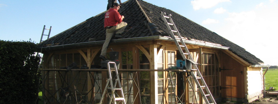 In elkaar zetten van tuinhuis van English Heritage in Westzaan